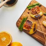 Brocheta de espárragos, queso fresco y naranja
