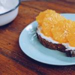 Tostada de pan de masa madre con naranja y queso crema